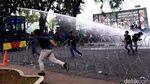 Aksi Lempar Batu Warnai Demo Mahasiswa di Medan