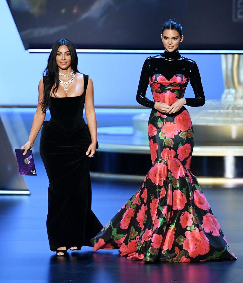 Kim Kardashian dan Kendall Jenner saat tampil di Emmy Awards 2019 di California, Amerika Serikat pada akhir pekan lalu.Kevin Winter/Getty Images