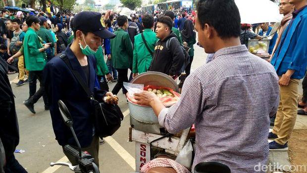 Tukang siomay gaul di tengah aksi demo
