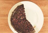 Yummy! Ada Pie Black Forest dalam Cake Cokelat yang Legit Manis
