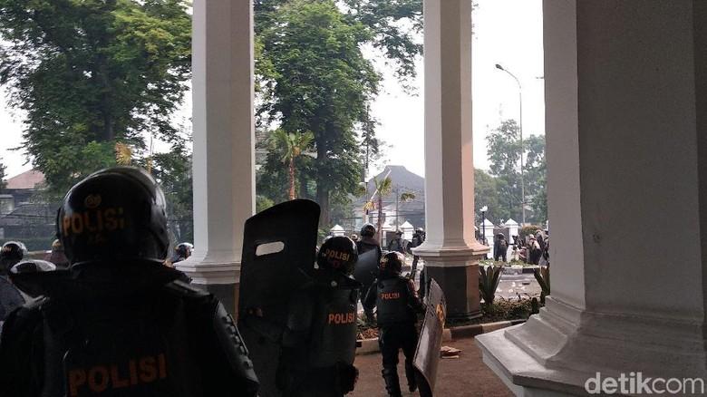 Video Suasana Mencekam Saat Mahasiswa Bandung dan Polisi Bentrok