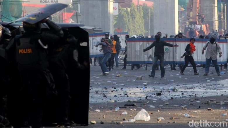 Potret Kericuhan Demo Mahasiswa di Makassar