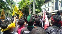 Ratusan Mahasiswa Lamongan Demo Tolak RUU Pertanahan di Kantor DPRD