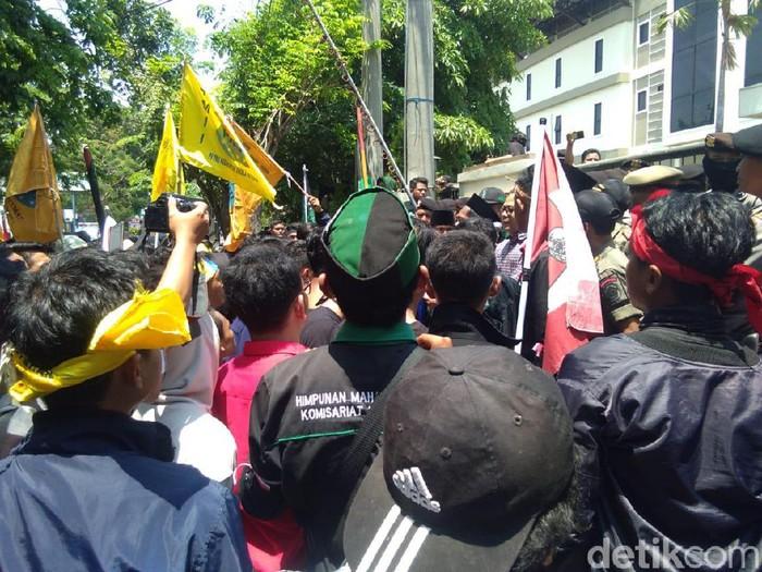 Sejumlah Mahasiswa yang demo di Lamongan/Foto: Eko Sudjarwo