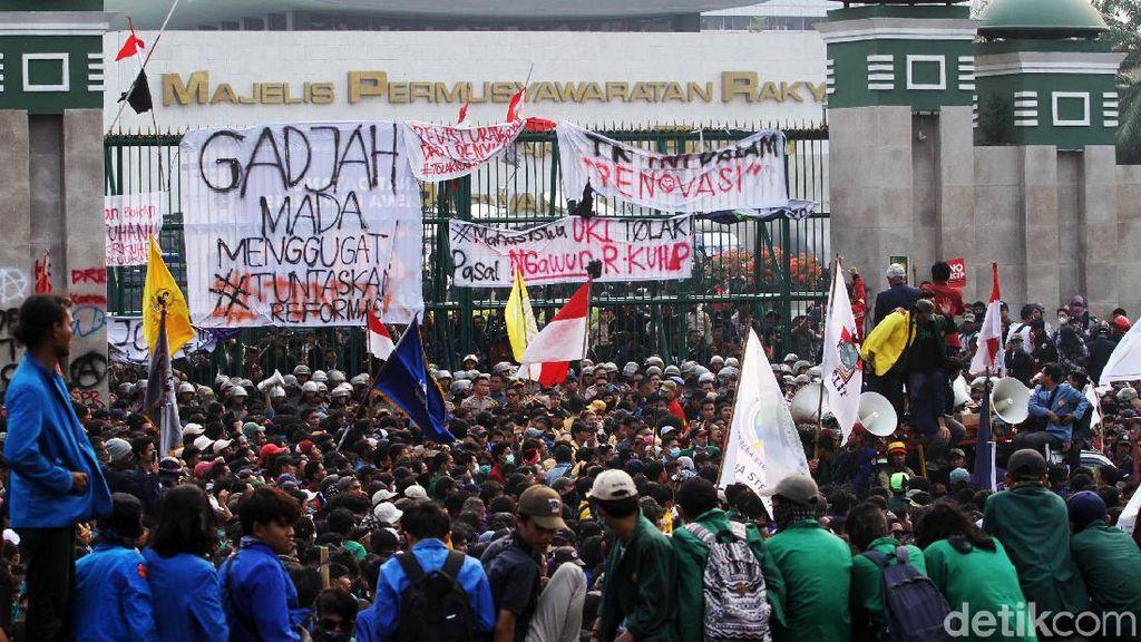 Netizen Penasaran Ketua BEM UGM dan Gas Air Mata Terbuat dari Apa