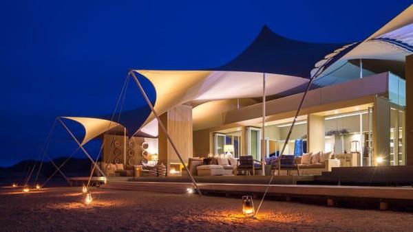 Selain operatur tur khusus, wisatawan juga bisa menikmati alam ekstrem ini dengan kemping safari pribadi mewah di Hoanib Skeleton Coast Camp. Kamp ini menawarkan akses ke pantai terbaik dan safari dengan 4x4 menyusuri Sungai Hoanib. (Wilderness Safaris)