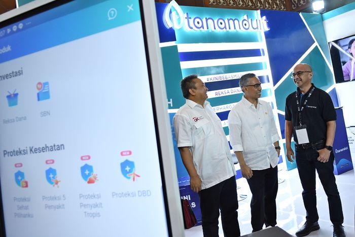 Ketua Dewan Komisioner OJK Wimboh Santoso (kedua kanan) dan Kepala Eksekutif Pengawas Pasar Modal OJK Hoesen (tengah) disambut Co Founder tanamduit M. Hanif (kanan), Co Founder tanamduit Rini Hapsari (kedua kiri) serta Direktur Insurtech tanamduit Itha Sargianitha (kiri) berbincang mengenai masa depan fintech di Indonesia.