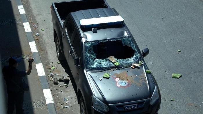 Sebuah mobil polisi dirusak mahasiswa saat terlibat bentrok di Jembatan Layang, Makassar, Sulawesi Selatan, Selasa (24/9/2019). Bentrokan terjadi saat polisi berusaha membubarkan aksi mahasiswa yang menolak sejumlah Undang-undang yang diusulkan DPR, dan akibat bentrokan tersebut sejumlah mahasiswa diamankan dan mengalami luka-luka segera dilarikan ke rumah sakit. ANTARA FOTO/Abriawan Abhe/pd.