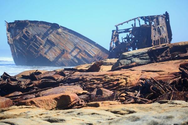 Tak ada barisan pohon kelapa. Yang terlihat adalah bangkai kapal sampai kerangka paus. Pernah ada pendataan, Skeleton Coast menyimpan sekitar 500 bangkai di pesisirnya. (iStock)