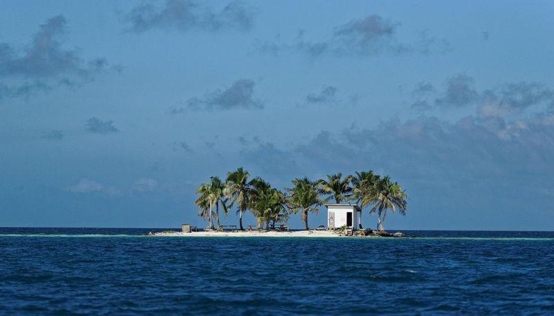Ini toilet yang dibangun di Pulau Belize. Kelihatan terpencil, tapi setidaknya urusan buang air kecil dan buang air besar tetap aman. (Foto: Dok. CNN Travel)