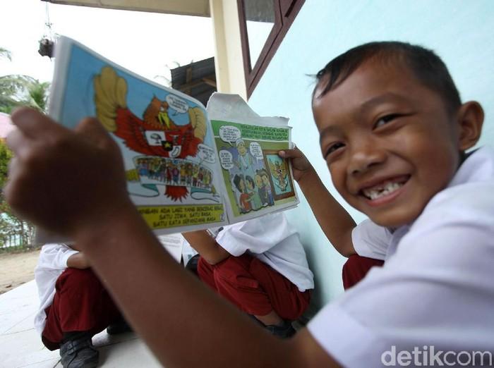 Kedatangan dua anggota TNI AD ke sekolah di Simeulue, Aceh, selalu ditunggu oleh siswa. Pasalnya para TNI itu membawa beragam buku yang menarik untuk dibaca.
