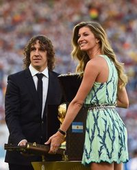 RIO DE JANEIRO, BRAZIL - JULY 13:  Former Spanish international Carles Puyol and model Gisele Bundchen present the World Cup trophy in a Louis Vuitton case prior to the 2014 FIFA World Cup Brazil Final match between Germany and Argentina at Maracana on July 13, 2014 in Rio de Janeiro, Brazil.  (Photo by Laurence Griffiths/Getty Images)