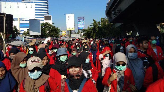 Mahasiswa memenuhi Jl Urip Sumoharjo, Makassar, berupaya mendekat ke gedung DPRD Sulsel