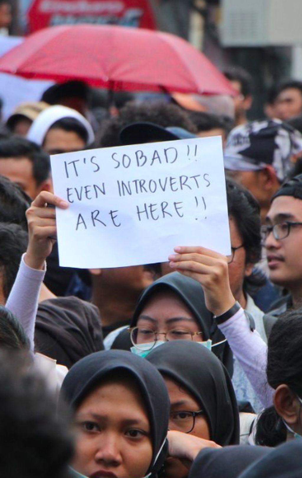 Situasi yang buruk sampai memaksa seorang introvert ikut berdemo turun ke jalan. Foto: via Twitter @yeahmahasiswa