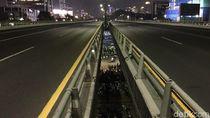 Tol Dalam Kota Masih Ditutup, Petugas Lakukan Sterilisasi