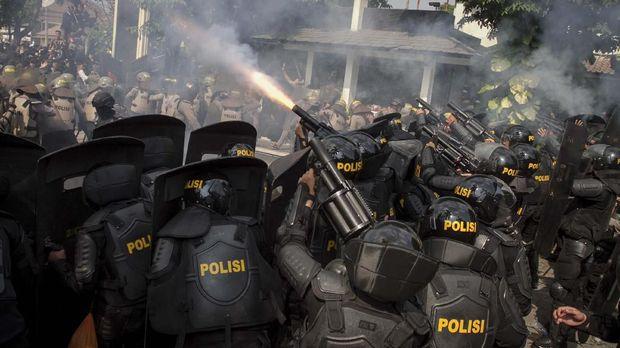 polisi menembakkan gas air mata.