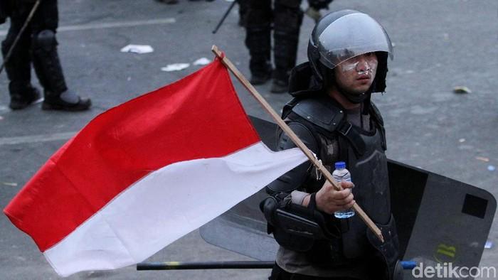 Tak cuma demonstran, polisi juga mengoleskan pasta gigi untuk menangkal gas air mata (Foto: Rifkianto Nugroho)