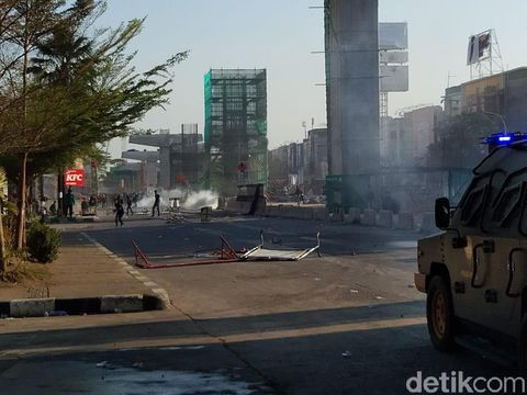 Polisi pukul mundur mahasiswa yang mendekati gedung DPRD Sulsel,(Hermawan-detikcom)