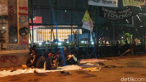 Sejumlah mahasiswa masih bertahan di depan Gedung DPR.