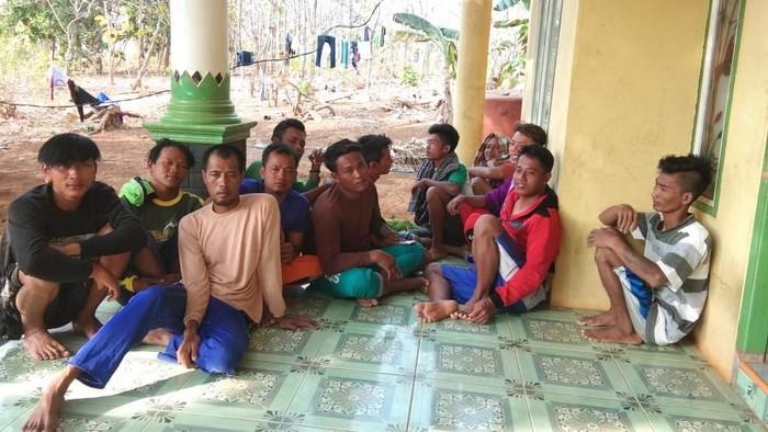 Belasan ABK KM Putra Andrea Rizki yang berhasil selamat. Foto: Dok Kepala Desa Parang, Jepara