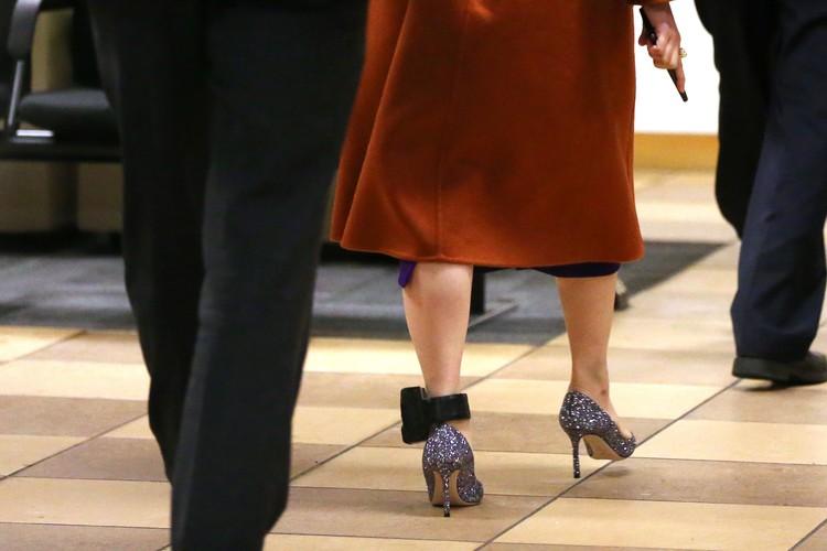 VANCOUVER, BC - 23 tháng 9: Huawei Technologies Co.  Giám đốc Tài chính Meng Wanzhou rời Tòa án Tối cao British Columbia vào giờ ăn trưa ngày 23 tháng 9 năm 2019 tại Vancouver, Canada.  Wanzhou đã bị chính quyền Canada bắt giữ vào tháng 12 năm ngoái với cáo buộc gian lận và phải đối mặt với việc bị dẫn độ sang Mỹ.  (Ảnh của Karen Ducey / Getty Images)