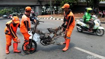 Bangkai Motor Sisa Kerusuhan Aksi Demo Mahasiswa Dipindahkan