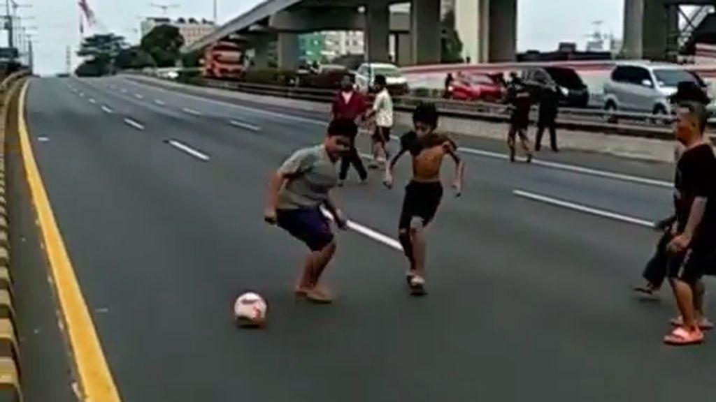 Kala Tol Dalam Kota Dipakai Main Bola saat Ada Demo di DPR