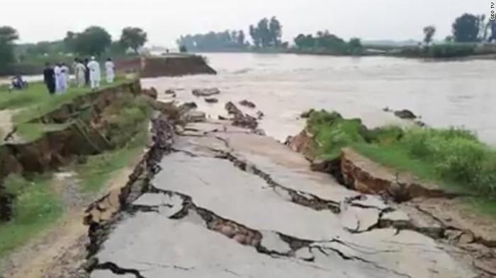 jalan-jalan retak akibat gempa (Foto: Geo TV via CNN)