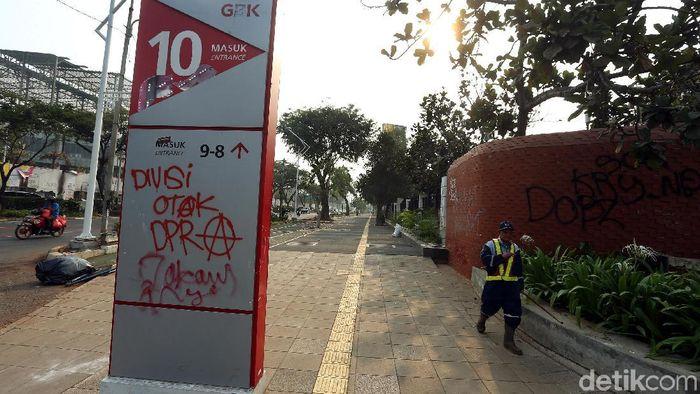 Miriis tembok-tembok tersebut dicorat oleh massa aksi mhasiswa pada Selasa (24/9/2019). Beberapa tampak di pintu 10 GBK. (Foto: Rengga Sancaya)