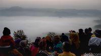 Wisatawan yang memadati Gunung Luhur meski sedang weekday