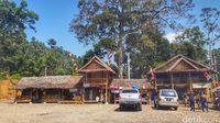 Home stay, warung makan dan fasilitas toilet yang dibangun di Gunung Luhur oleh warga desa setempat (Afif Farhan/detikcom)