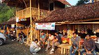 Warung-warung makan di Gunung Luhur dengan bagian atasnya adalah home stay