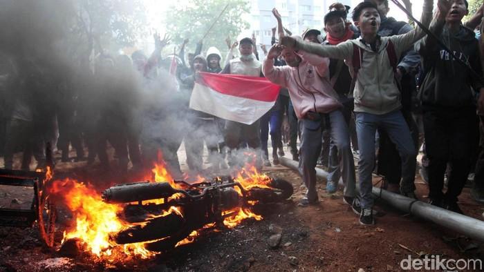 Demo yang dilakukan siswa STM terkesan lebih liar. Foto: Lamhot Aritonang