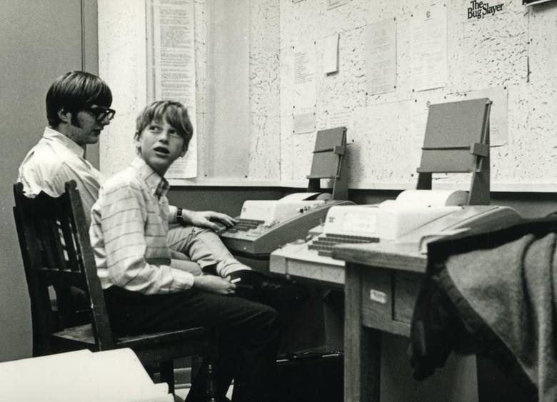 Ini foto Bill Gates remaja bersama sahabatnya, Paul Allen. Mereka satu sekolah. Mereka ini sama-sama gila komputer dan jadi teman dekat. Sama-sama jenius pula sehingga merasa cocok.Foto: Facebook