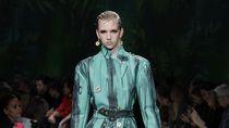 Foto: 20 Tren Busana Ala 90-an Versace untuk 2020