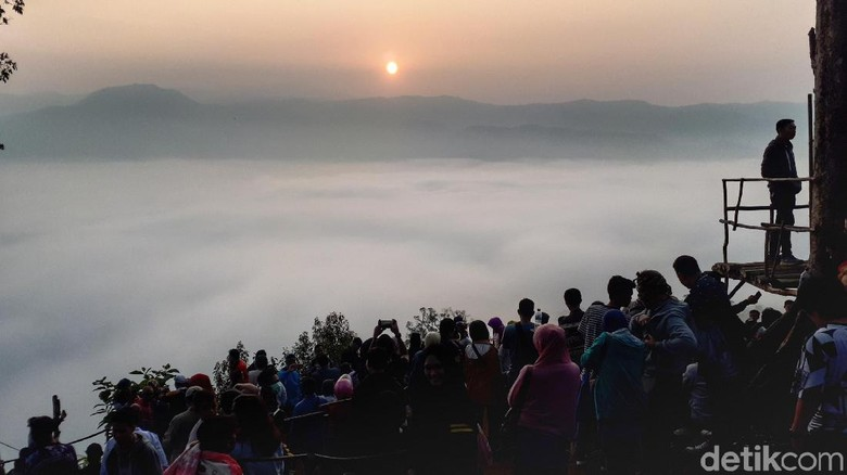 Wisatawan memadati Gunung Luhur (Afif Farhan/detikcom)