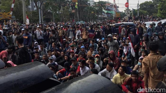 Massa putih abu-abu dan pramuka berkumpul di belakang DPR. (Vadhia Lidyana/detikcom)