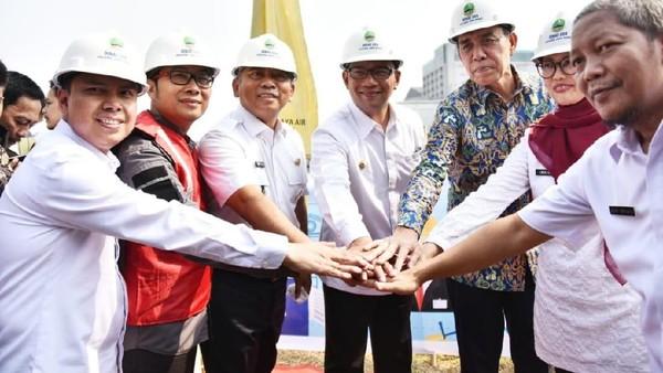 Groundbreaking penataan Kalimalang dipimpin langsung oleh Gubernur Jawa Barat Ridwan Kamil, ditemani Wali Kota Bekasi Rahmat Effendi dan jajarannya. (dok. Humas Pemprov Jabar)