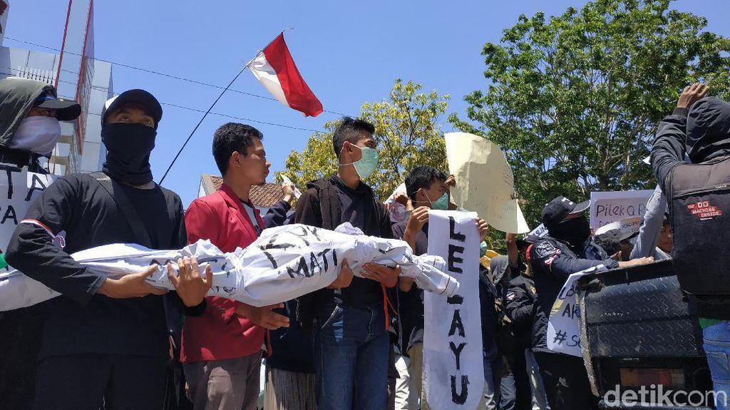 Di Pacitan Pocong Ikut Demo Tolak Produk Hukum Kontroversial