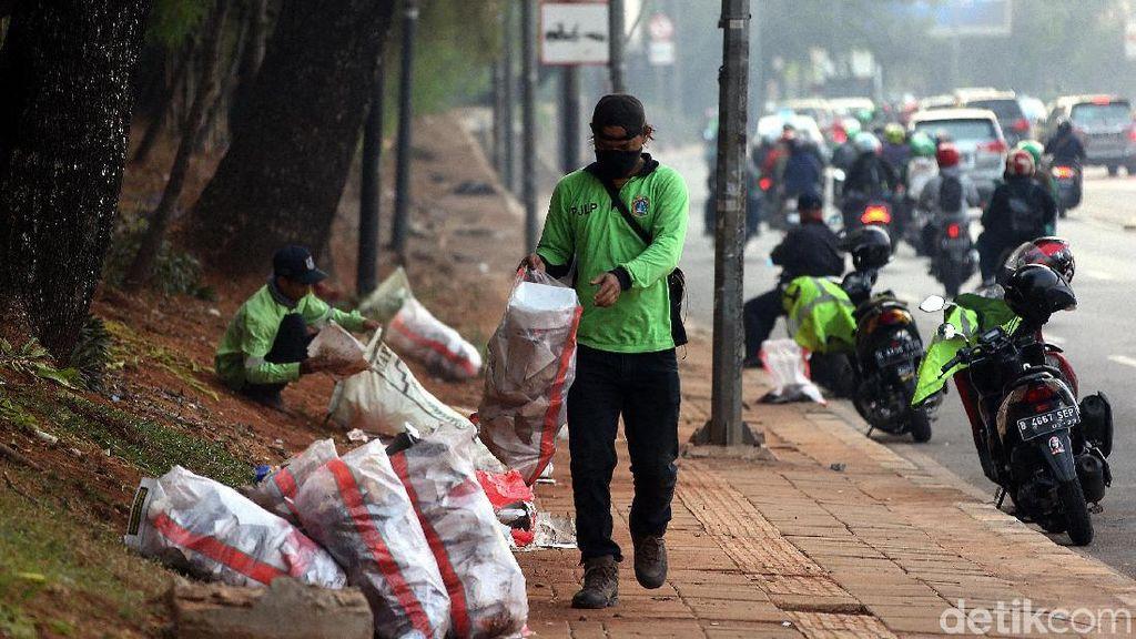 Pemprov DKI Kerahkan 300 Petugas Bersihkan Sampah Sisa Demo di DPR