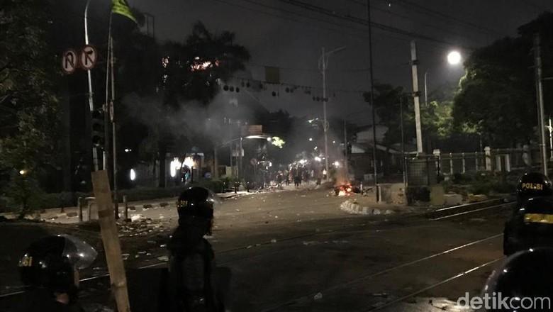 Pukul Mundur Massa, Polisi Kejar Pericuh hingga Pasar Palmerah