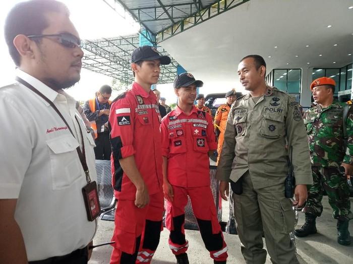 Tim Vertical Rescue Indonesia dari Bandung membantu evakuasi pesawat jatuh. Foto: Saiman/detikcom