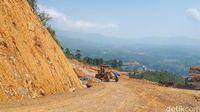 Perbaikan jalan di Gunung Luhur