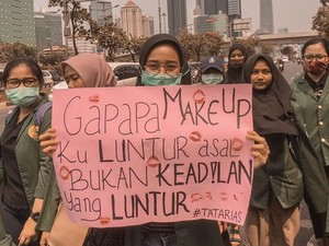 Viral Mahasiswi Ikut Demo Sambil Review Makeup, Foundationnya Anti Luntur