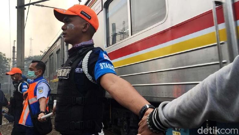 Menjaga KRL Tetap Beroperasi di Tengah Demo Rusuh