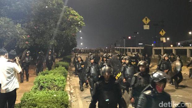Polisi Mundur dari Flyover Slipi, Massa Berbincang dengan Marinir