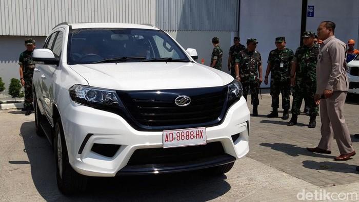 KSAU Marsekal TNI Yuyu Sutisna melakukan test drive mobil Esemka. Selain itu ia juga membeli 35 unit mobil Esemka Bima 1.3.