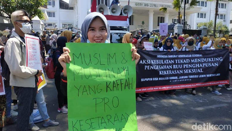 Emak-emak Demo di DPRD Jabar Tuntut RUU PKS Segera Disahkan