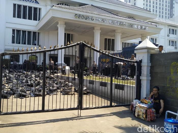 Gedung DPRD Jabar dijaga ketat