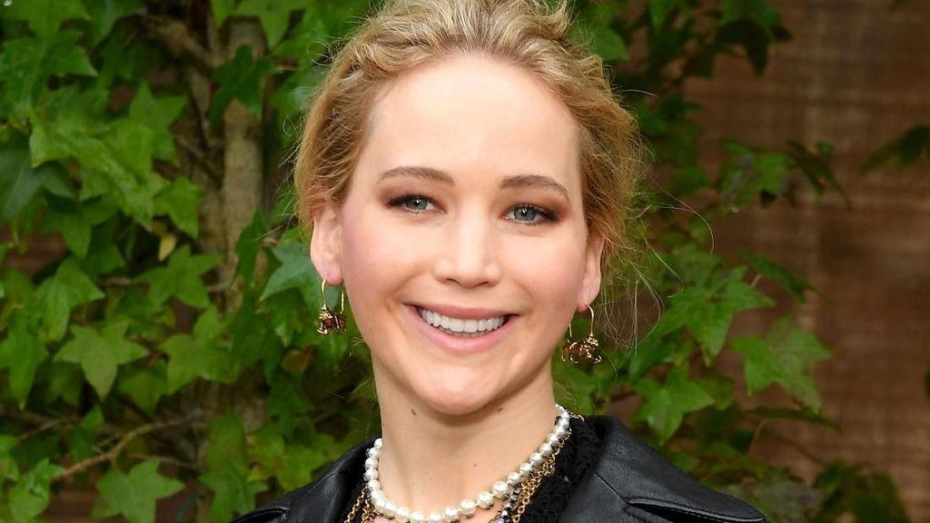 Foto: Wajah Bahagia Jennifer Lawrence di Show Dior Jelang Pernikahan
